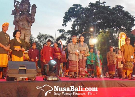 Nusabali.com - lansia-denpasar-ikuti-fashion-show-busana-adat-kondangan