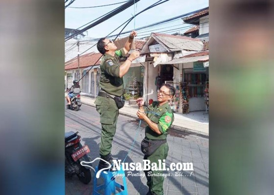 Nusabali.com - lagi-sejumlah-kabel-jatuh-dan-menghalangi-jalan-di-legian