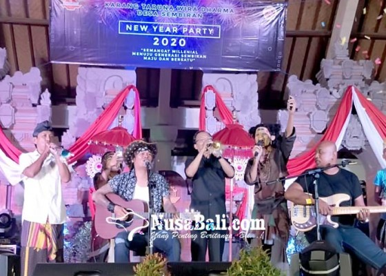 Nusabali.com - koster-dan-keluarga-rayakan-malam-tahun-baru-di-desa-sembiran