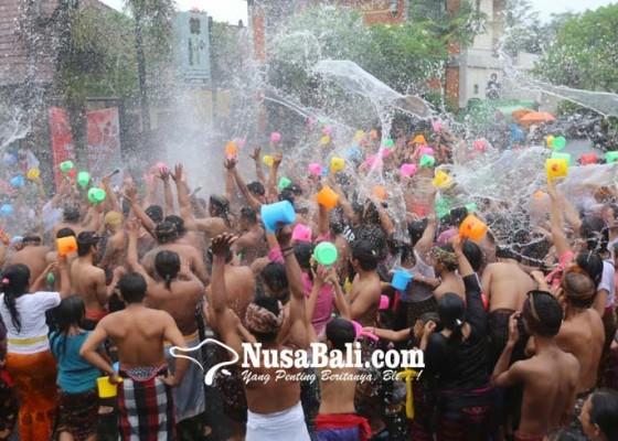 Nusabali.com - ribuan-warga-bergembira-dengan-air