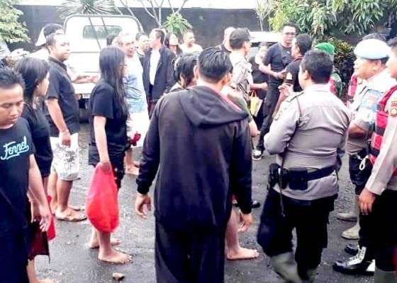 Nusabali.com - sedang-malukat-13-orang-terjebak-banjir-bandang