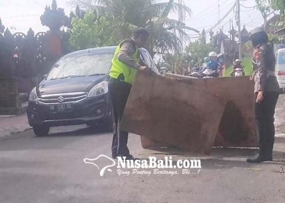 Nusabali.com - warga-berswadaya-tutup-lubang-jalan
