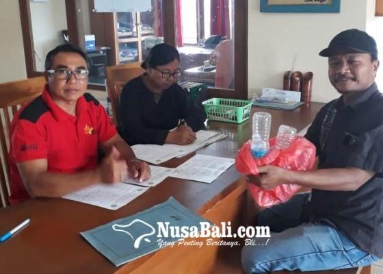 Nusabali.com - urus-surat-di-kantor-lurah-warga-wajib-setor-sampah-plastik