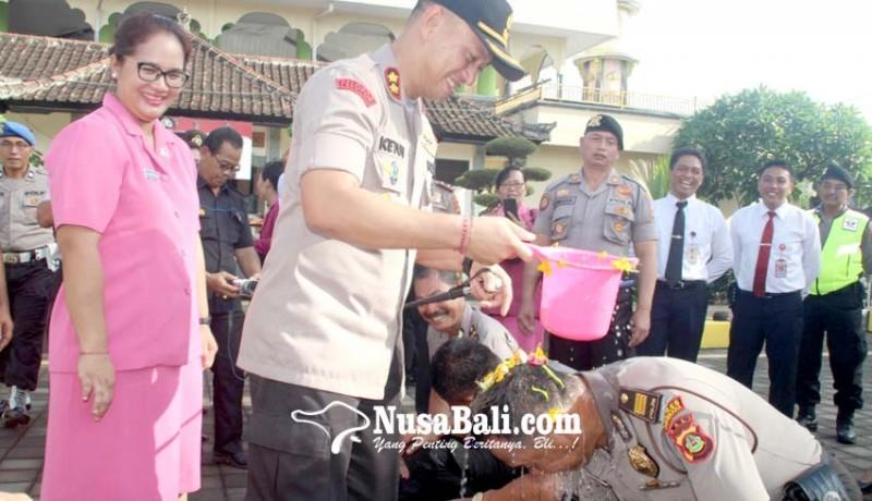 www.nusabali.com-naik-pangkat-personel-polres-jembrana-disiram-air-kembang