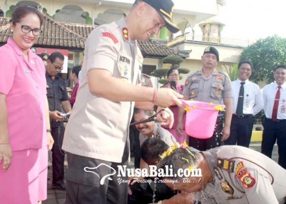 Nusabali.com - naik-pangkat-personel-polres-jembrana-disiram-air-kembang