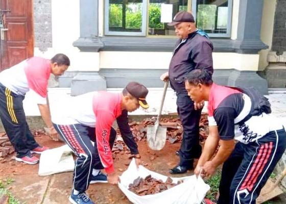 Nusabali.com - polisi-bersihkan-puing-sekolah-ambruk