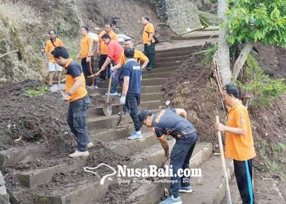 Nusabali.com - tangga-pura-pasar-agung-tertutup-tanah