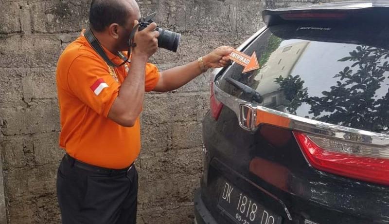 www.nusabali.com-mobil-pengacara-ditembak-otk