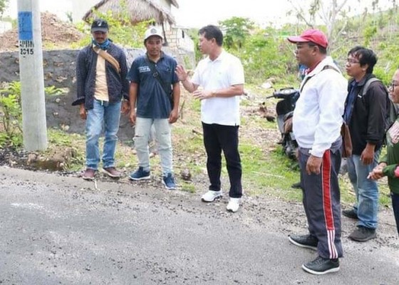 Nusabali.com - bupati-suwirta-tinjau-proyek-di-nusa-penida