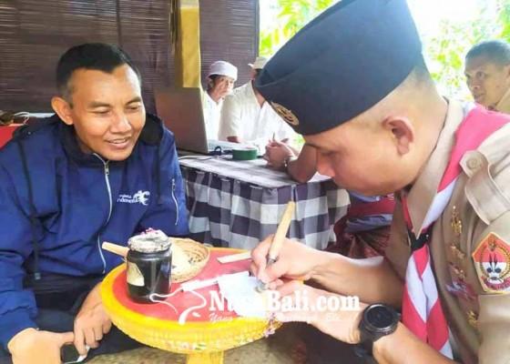 Nusabali.com - dandim-karangasem-belajar-menulis-lontar