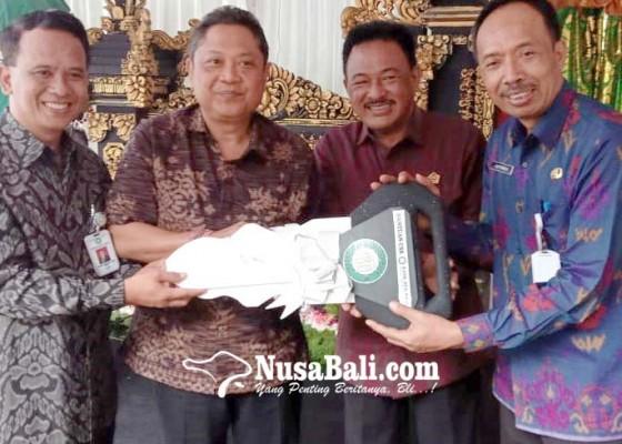Nusabali.com - bpd-bali-serahkan-ambulans-untuk-rsu-wangaya