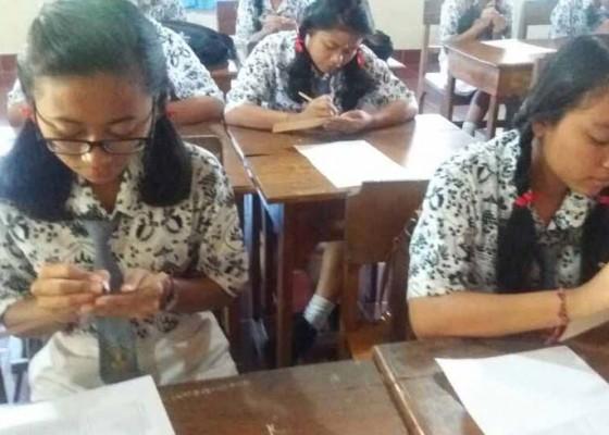 Nusabali.com - siswa-sman-sidemen-wajib-tulis-lontar