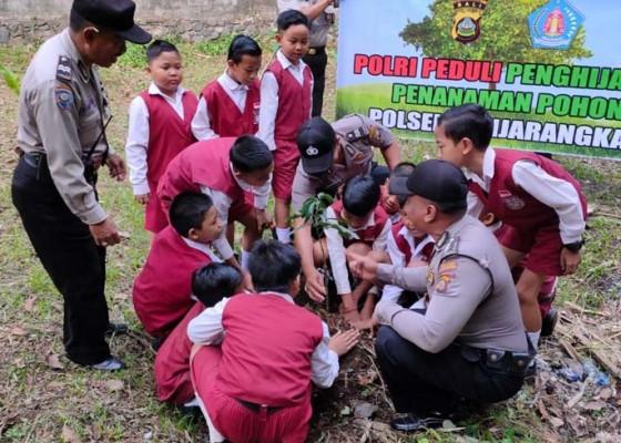 Nusabali.com - anak-sd-tanam-pohon-di-mapolsek