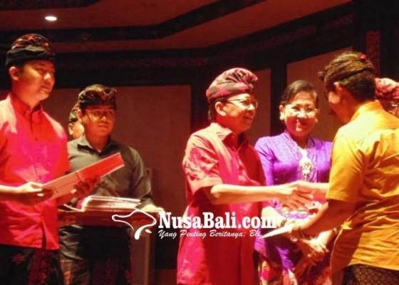 Nusabali.com - hut-dinas-kebudayaan-17-seniman-terima-sertifikat-hak-cipta