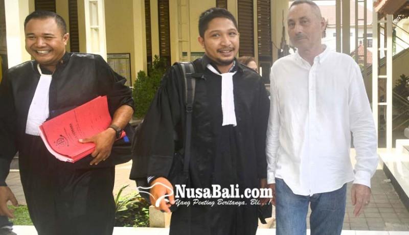 www.nusabali.com-rusak-pintu-vila-bule-swiss-disidang