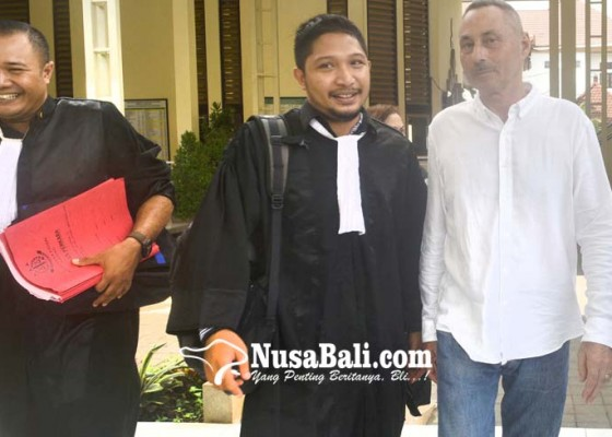 Nusabali.com - rusak-pintu-vila-bule-swiss-disidang
