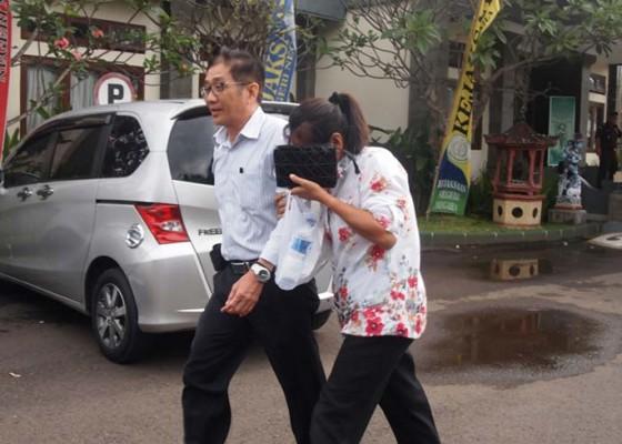 Nusabali.com - mantan-kadis-perindagkop-jembrana-pun-dieksekusi-kejaksaan
