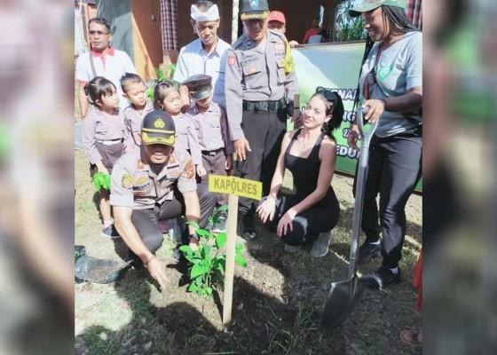 Nusabali.com - peduli-lingkungan-polres-gianyar-tanam-pohon