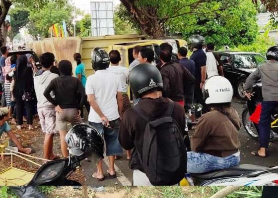 Nusabali.com - truk-box-terguling-hantam-pohon-perindang-di-buleleng