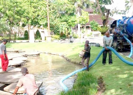 Nusabali.com - dinas-pupr-sedot-lumpur-di-sungai-buatan-puspem-badung