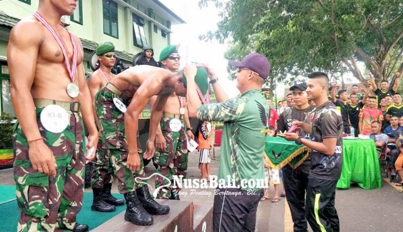 www.nusabali.com-belasan-personel-yonif-mekanis-gn-beradu-kegagahan-otot