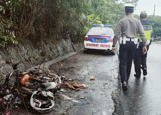Nusabali.com - ditabrak-mobil-tubuh-petani-terbakar