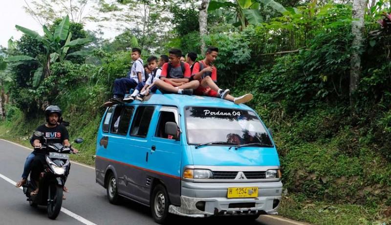 www.nusabali.com-pelajar-naik-ke-atap-angkutan-pedesaan