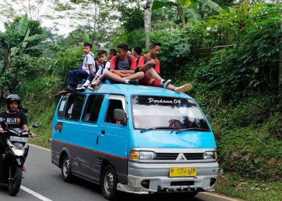 Nusabali.com - pelajar-naik-ke-atap-angkutan-pedesaan