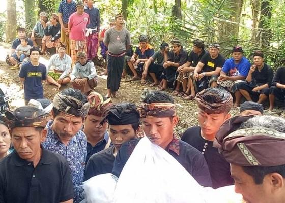 Nusabali.com - jenazah-si-sulung-dibakar-sementara-adiknya-dikubur-di-pintu-masuk-setra