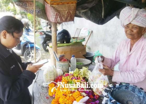 Nusabali.com - balada-nenek-suini-jual-canang-dibayar-uang-mainan