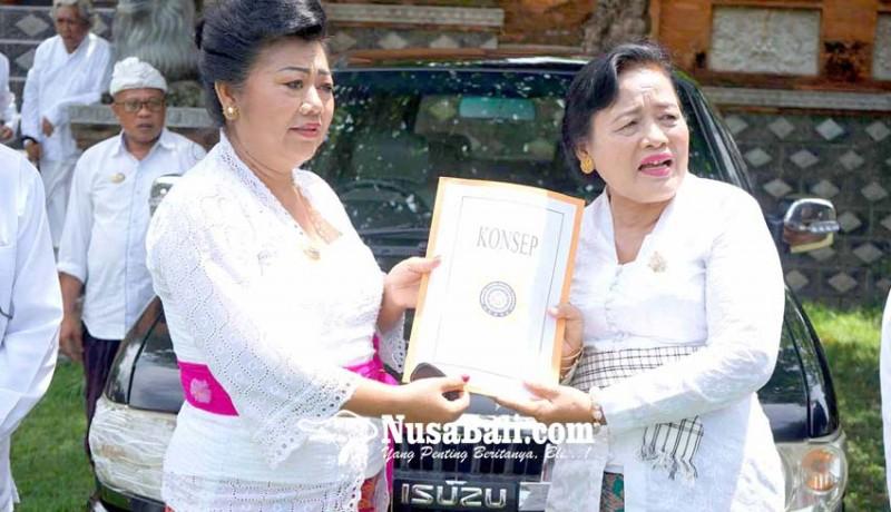 www.nusabali.com-bupati-karangasem-bantu-phdi-mobil-operasional