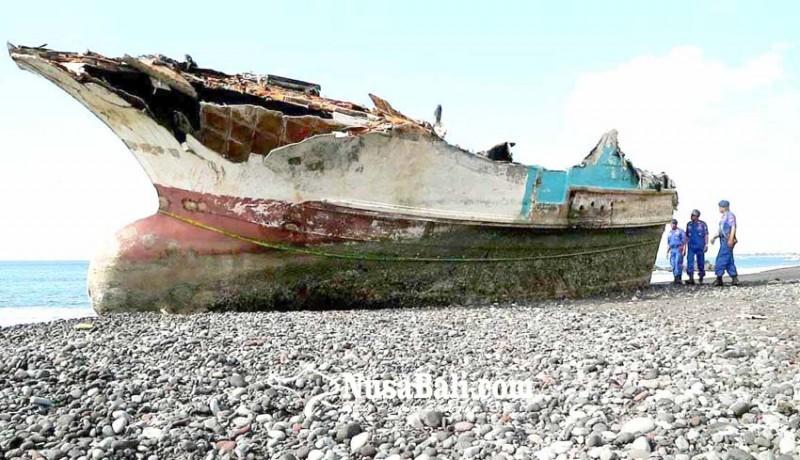 www.nusabali.com-bangkai-kapal-jadi-tontonan-warga