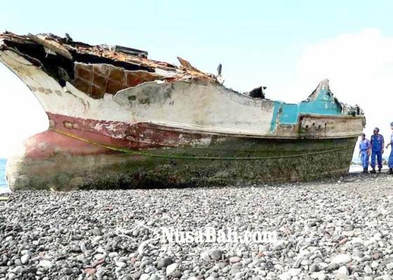 Nusabali.com - bangkai-kapal-jadi-tontonan-warga