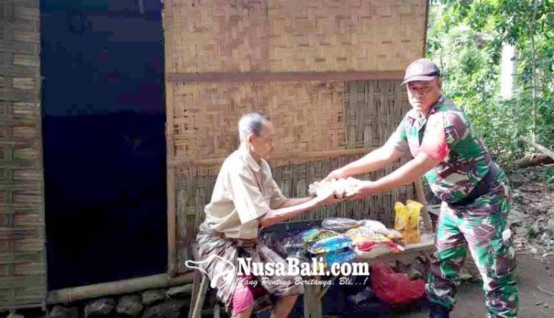 www.nusabali.com-babinsa-serahkan-bantuan-relawan