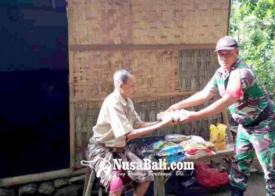 Nusabali.com - babinsa-serahkan-bantuan-relawan