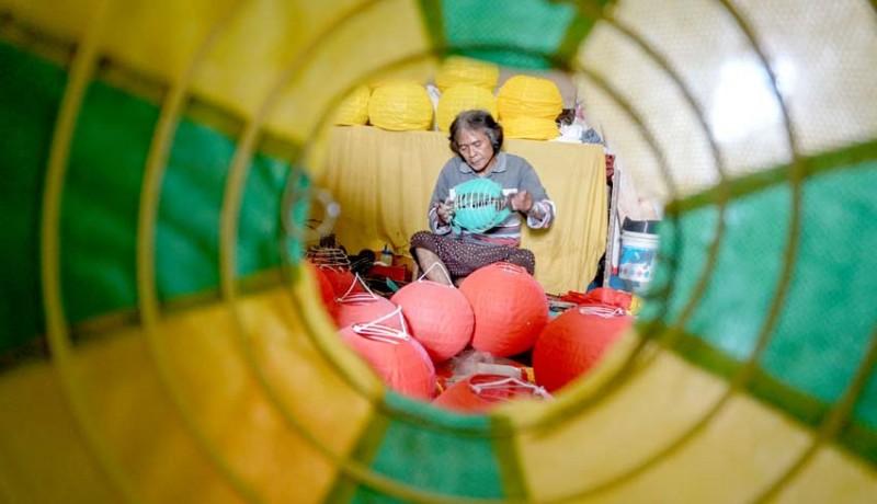 www.nusabali.com-produksi-lampion-jelang-imlek