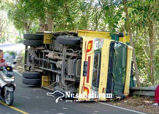 Nusabali.com - truk-muat-lpg-terbalik-tabung-berserakan