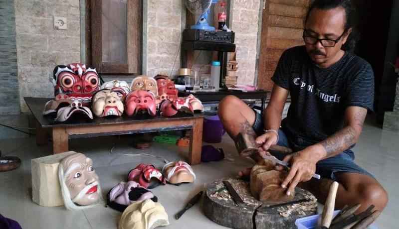 www.nusabali.com-membuat-tapel-untuk-ditarikan
