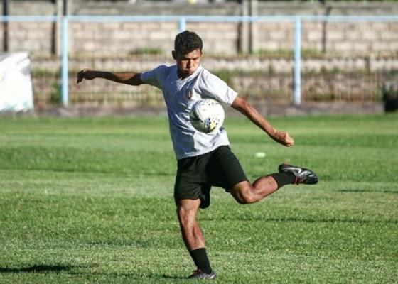 Nusabali.com - reza-irfana-resmi-dikontrak-tim-senior-bali-united