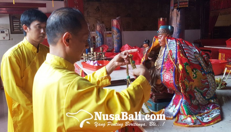 www.nusabali.com-gelar-ritual-dewa-naik-sebagai-pertanda-dimulainya-perayaan-imlek