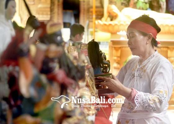 Nusabali.com - gunakan-minyak-cendana-arca-mulai-dibersihkan