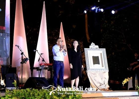 Nusabali.com - kadek-dwita-apriani-perempuan-bali-pertama-bergelar-doktor-ilmu-politik