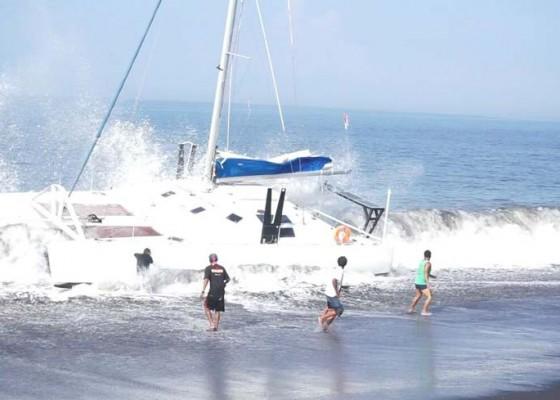 Nusabali.com - kapal-pariwisata-kampih-di-pantai-lepang