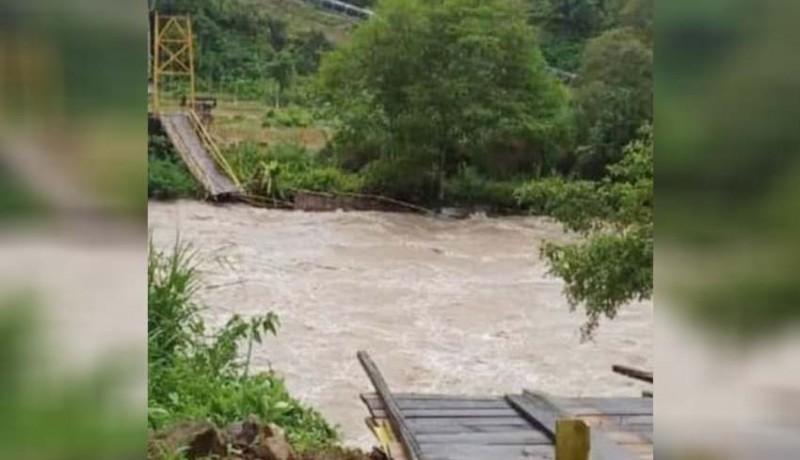 www.nusabali.com-jembatan-gantung-ambruk-10-tewas-terbawa-arus