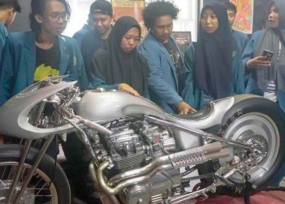 Nusabali.com - mahasiswa-surabaya-kunjungi-markas-ams-garage-di-sanur