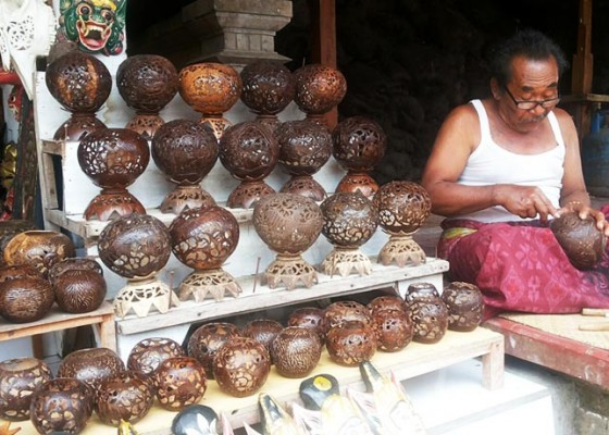 Kerajinan Batok Kelapa masih Diminati Wisatawan ba4302ddfd
