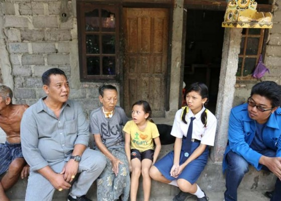 Nusabali.com - ketua-dprd-klungkung-kunjungi-3-bocah-bersaudara-bernasib-pilu