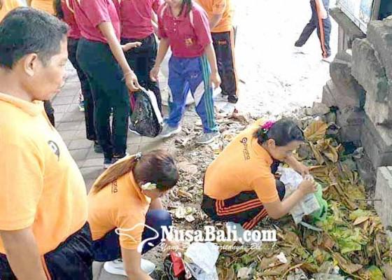 Nusabali.com - phri-pungut-sampah-plastik-di-pantai-candidasa