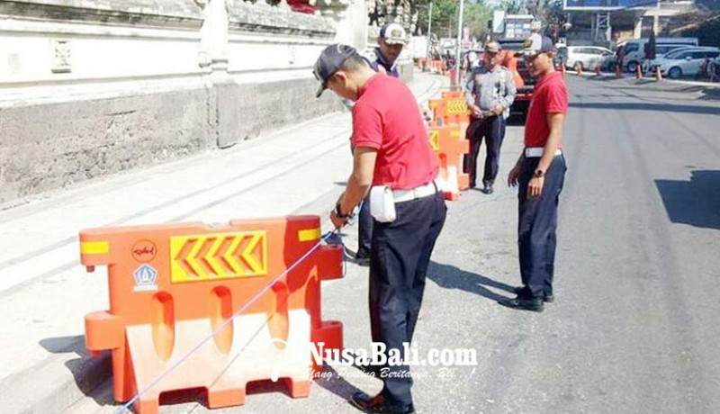 www.nusabali.com-antisipasi-parkir-liar-dishub-pasang-barrier-di-jalan-pantai-kuta