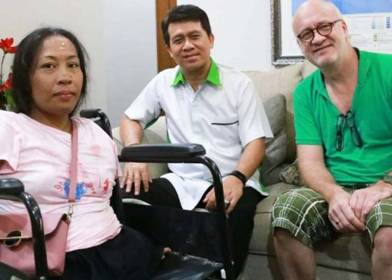 Nusabali.com - artis-disabilitas-ni-ketut-raka-temui-bupati-suwirta